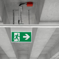 Schild Notausgang Fluchtweg im Gebäude